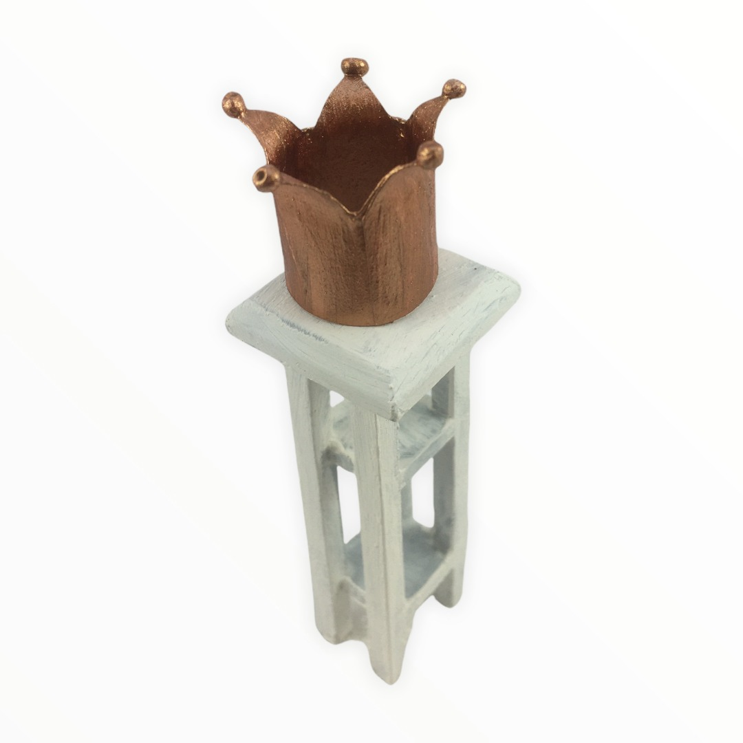 Krone aus Papier in Miniatur zur