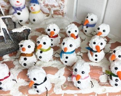 Schneemann in Miniatur für die Puppenstube