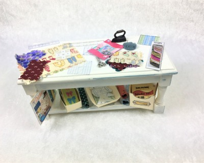 Tisch mit Patchwork Zubehör dekoriert Maßstab