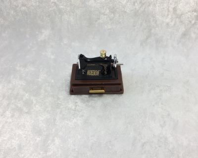 Nähmaschine mit Schublade und Zubehör für