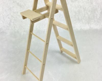 Leiter mit Trittbrett für die Puppenstube