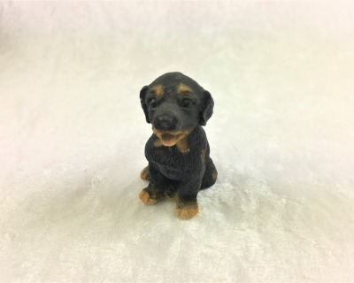 Rottweilerwelpe sitzend in Miniatur 1:12 Puppenhaus