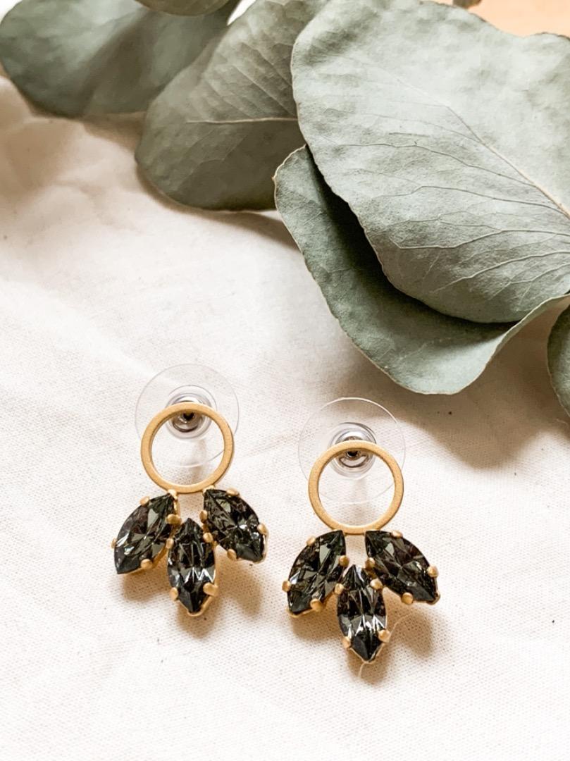 Kleine goldene Ohrringe mit grauen Swarovski