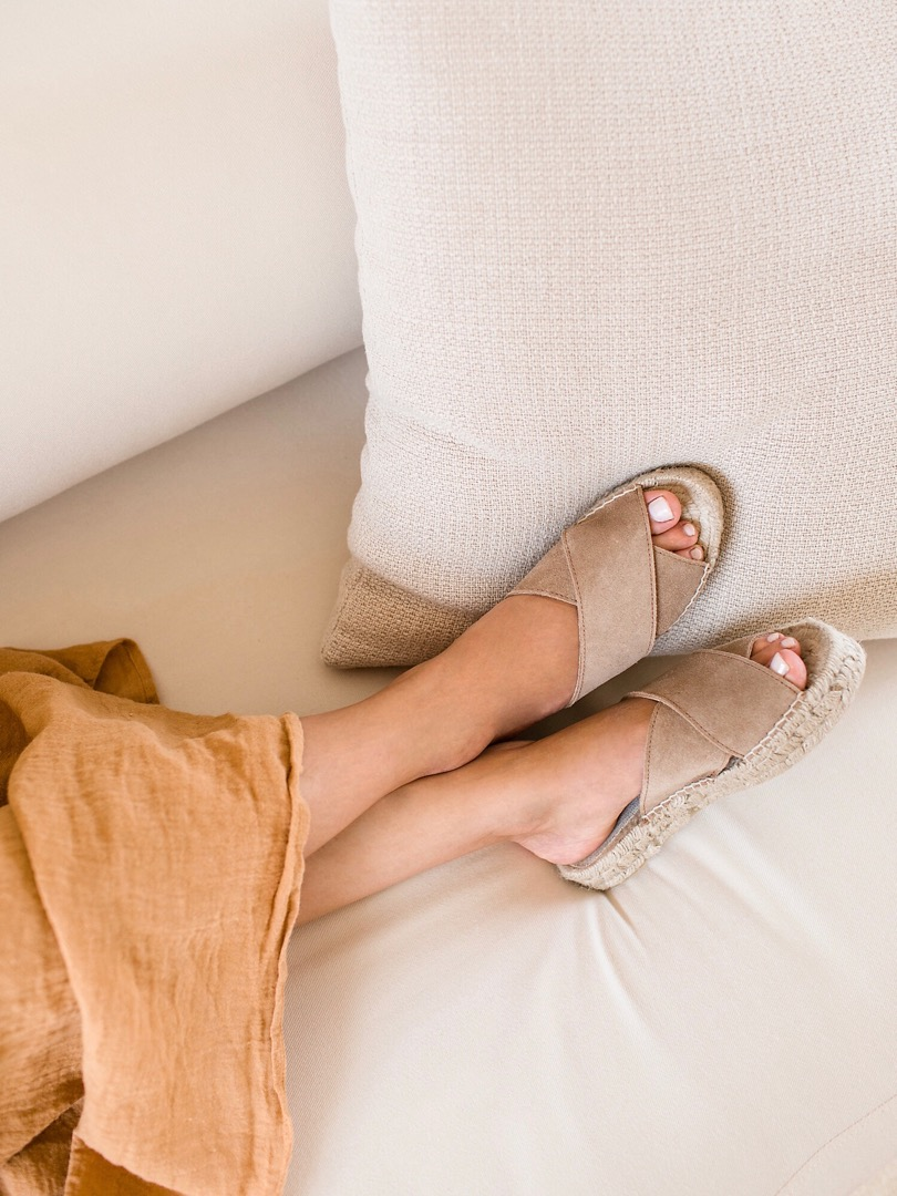 TAUPE CROSSED FLATS