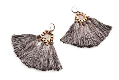 Grosse handgefaerbte taupefarbene Quasten Ohrringe von GUDBLING