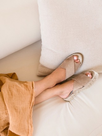 TAUPE CROSSED FLATS - by