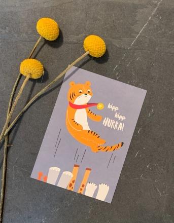 vierundfünfzig illustration Postkarte hipp hipp Hurra