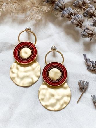 Goldene Ohrringe mit roten Metallspiralen Mattes