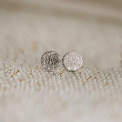 Kleine Ohrstecker 8mm silber farbig Kreis