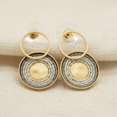 Goldene Ohrringe mit weißen Metallspiralen Mattes