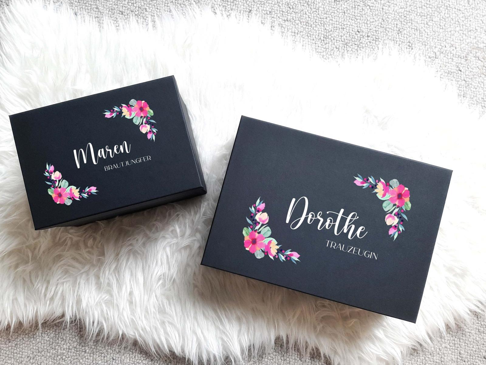 Geschenkbox mit Blumenrahmen Name und Titel