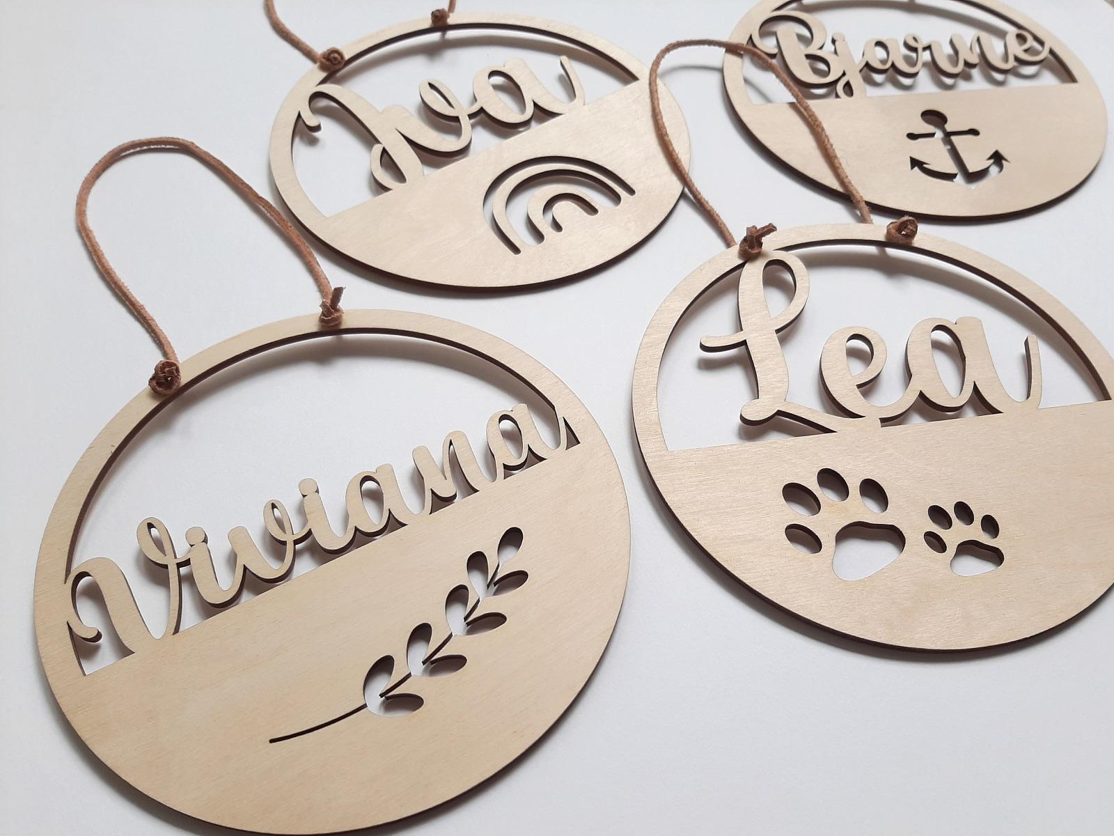 Namensschild mit Motive aus Holz