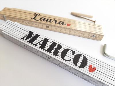 Meterstab mit Name und Herz Symbole